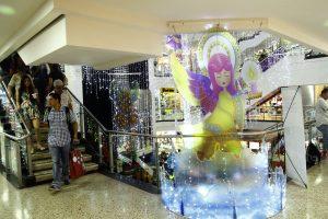 En el centro comercial IV Etapa, tiernos ángeles de colores anuncian la llegada de la Navidad.