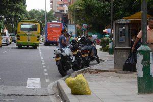 Motos y automóviles que prestan servicio de transporte 'pirata' se toman a diario en el parque San Pío