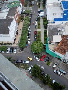 Aunque existe un parqueadero cercano, los conductores estacionan en los andenes, en las dos calzadas y hasta en la zona de ambulancias de la clínica. - Suministrada/GENTE DE CABECERA