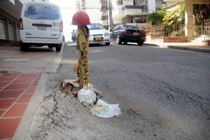 Los habitantes del sector ya han debido recurrir a elementos como cascos, cartones y cintas de peligro para prevenir a los conductores de la existencia de estos 'huecos'