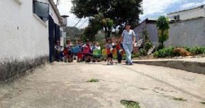 Los menores deben desplazarse desde la institución educativa hasta un salón comunal para recibir alimentación. - Suministrada/GENTE DE CABECERA