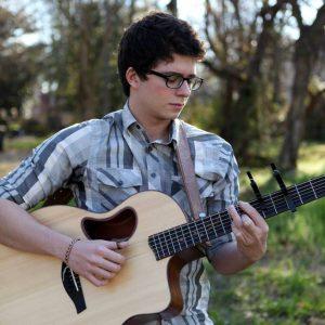 Además de la guitarra, Andrés interpreta el bajo, la batería y el piano. - Suministrada/GENTE DE CABECERA