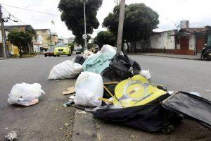 En un recorrido por Cabecera, el lente de Gente encontró que uno de los puntos críticos del sector en cuanto a basura se refiere, es en los alrededores de la Plaza Guarín, como este sobre la carrera 33A con calle 33