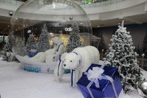 El oso polar es protagonista junto con las blancas luces y la nevada decoración, logrando transportar a los visitantes del Cacique a las más clásicas postales navideñas.