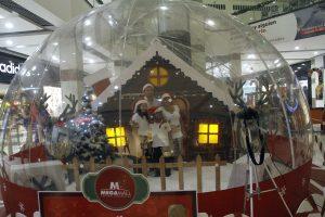 Al estilo de los personajes en el interior de una bola de cristal, las familias pueden tomarse divertidas fotografías.