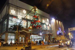 El árbol con los tradicionales colores verde y rojo le da la bienvenida a los visitantes del centro comercial Megamall. Su brillo y altura es lo que más causa admiración.
