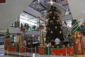 Un gran árbol de juguetes con ayudantes de Santa así como resbaladeros y juego de bolos hacen parte de la diversión en Megamall.