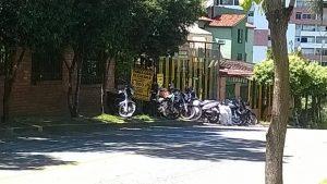 El parqueadero usa permanentemente el andén para estacionar las motos de los clientes. - Suministrada/GENTE DE CABECERA