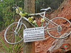 En la salida de Floridablanca a Piedecuesta cuelga una bicicleta blanca en memoria del ciclista fallecido el pasado 14 de noviembre.  - Suministrada/GENTE DE CABECERA