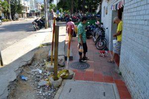 Evidente deterioro de los andenes dificulta el paso y aumenta riesgo de accidentes. - Jaime Del Río/GENTE DE CABECERA