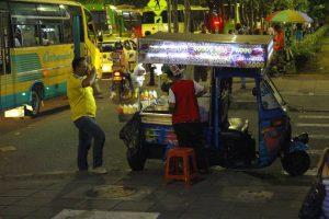Los médicos recomiendan evitar el consumo de alimentos en la calle pues aumenta el riesgo de contraer enfermedades. - César Flórez / GENTE dE CABECERA