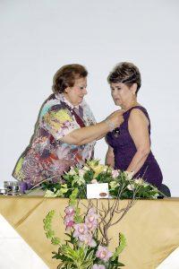 """Clara Inés Blanco de Galvis recibiendo su condecoración como 'Mujer del año 2016 en Santander"""". - Swami Castro/GENTE DE CABECERA"""