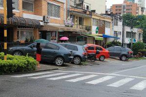 Sin espacio para transitar, así les toca a los peatones del sector. - Elver Rodríguez/GENTE DE CABECERA