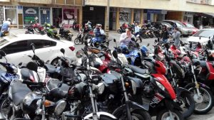 La invasión de motocicletas estacionadas se ha vuelto una problemática para residentes del sector. - Suministrada/GENTE DE CABECERA