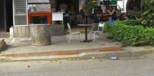 El habitante del sector considera que es un abuso que se utilice el andén para ubicar mesas. - César Flórez/GENTE DE CABECERA
