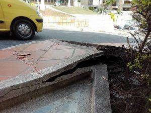 Esta parte del sendero está en pésimo estado, obligando a los transeúntes a usar la vía de los carros. - Suministrada/GENTE DE CABECERA