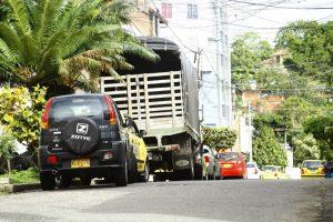 A lo largo de la carrera 47 fueron captados varios casos de mal estacionamiento, que dificultan o limitan la movilidad de otros carros y transeúntes. - César Flórez/GENTE DE CABECERA