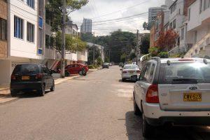Estacionar los vehículos en la calle se ha vuelto un mal hábito entre los habitantes de esta cuadra. - Jaime Del Río/GENTE DE CABECERA
