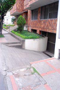 Este declive obliga a los peatones a transitar por la vía. - Eliberto Cáceres/GENTE DE CABECERA