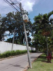 Así estaba el poste, cuya inclinación ponía en riesgo la seguridad de los transeúntes. - Suministrada/GENTE DE CABECERA