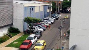Los conductores no dejaron espacio para los peatones. - Suministrada/GENTE DE CABECERA