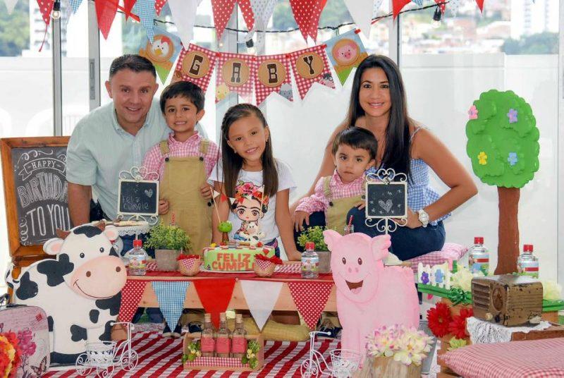 Mario Gutiérrez, Alexandra Becerra, Simón y Samuel Gutiérrez Becerra y Gaby Gutiérrez Cáceres. - Suministrada/GENTE DE CABECERA