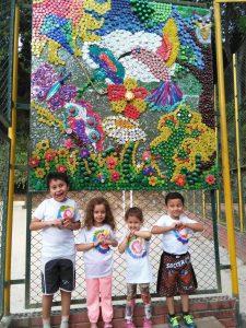El mural hecho por los pequeños con materiales reciclables como tapas plásticas, carpetas escolares y tubos de papel está ubicado en el parque de Pan de Azúcar bajo. - Suministrada/GENTE DE CABECERA