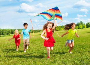 Es indispensable que los niños cuenten con la orientación y compañía de un adulto para minimizar los riesgos al momento de elevar cometas. - Banco de imágenes/GENTE DE CABECERA