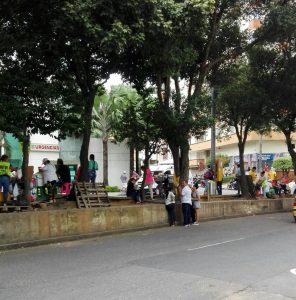 """En la avenida La Rosita también se vive esta problemática. """"Vendedores de comidas invadieron el espacio público y sus clientes dejan basura. Es un peligro en la vía. ¿Habrá alguna autoridad que corrija esta invasión?"""", escribe otro denunciante. - Suministrada/GENTE DE CABECERA"""