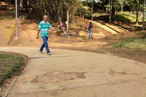 El mal estado del pavimento en senderos y cancha dificulta la caminata de los transeúntes, especialmente a los de la tercera edad. - Elver Rodríguez / GENTE DE CABECERA