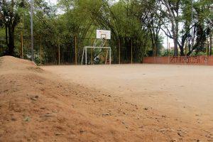 Cuando llueve las 'montañas' de arena se esparcen, haciendo imposible el paso, según reporta el Periodista del barrio. - Elver Rodríguez / GENTE DE CABECERA
