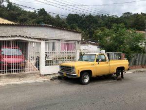 La camioneta abandonada hace más de un año representa peligro para niños y transeúntes. - Suministrada / GENTE DE CABECERA