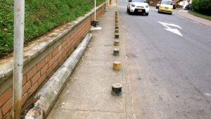 El poste y los bolardos dificultan el tránsito por este andén. - Suministrada / GENTE DE CABECERA