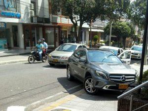 El propietario de este carro obstaculizó por más de media hora el paso peatonal y vehicular. - Suministrada / GENTE DE CABECERA