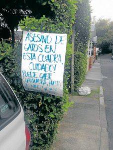 Luego de la pérdida de su mascota, la familia afectada puso letreros como este para advertir a los demás vecinos. - Suministrada / GENTE DE CABECERA