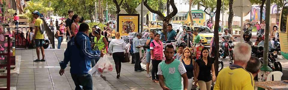 Peatones, cada vez con menos espacio para transitar