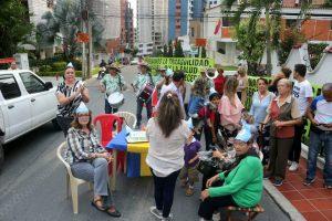 Con torta y papayera y a modo de protesta, los residentes conmemoraron el primer año desde la implementación de los cambios viales. - Fabián Hernández / GENTE DE CABECERA