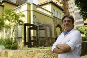 Ricardo Alipio Vargas y su obra Sabiduría Infinita, en la Casona Ambrosio Peña de la Unab. - César Flórez / GENTE DE CABECERA