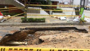 El hundimiento y el estado del asfalto han empeorado con la lluvia de los últimos días, como lo evidencia esta imagen captada ayer 10 de mayo. - Suministrada/GENTE DE CABECERA
