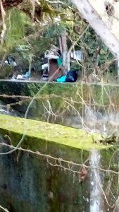 Al parecer, una familia de recicladores se instaló en el borde de la quebrada, por la subida a Pan de Azúcar. - Suministrada / GENTE DE CABECERA