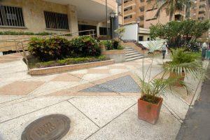Las materas instaladas por la Administración del edificio impiden el estacionamiento de vehículos. - Jaime Del Río/GENTE DE CABECERA