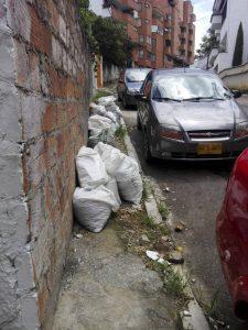 Habitantes del barrio Pan de Azíucar denuncian la irresponsabilidad de algunos vecinos que dejan bultos de escombros sobre los andenes y demás zonas del sector. - Suministrada/GENTE DE CABECERA