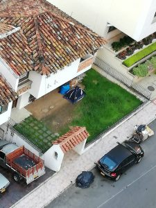 Los residentes de las viviendas aleadañas denuncian que la persona además de invadir la propiedad, realiza labores relacionadas con el reciclaje durante la madrugada, afectando la tranquilidad del sector. - Sumunistrada/GENTE DE CABECERA