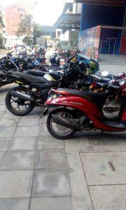 La comunidad asegura que por lo menos 15 motos se estacionan sobre este andén ubicado en los alrededores del parque Las Palmas. - Suministrada/GENTE DE CABECERA