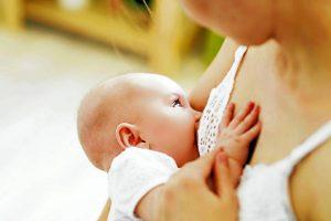 Si la madre da a luz en un centro de maternidad, tiene derecho a esperar que el recién nacido permanezca en el mismo cuarto durante las 24 horas del día y que su bebé no reciba ni preparación para lactantes ni agua si le está amamantando. - Banco de Imágenes /GENTE CABECERA