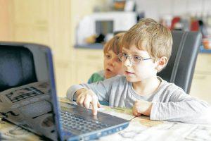 Los adultos deben enseñarles a sus hijos a aprovechar las posibilidades y beneficios que ofrecen las nuevas tecnologías, para que los niños hagan buen uso de ellas. - Banco de Imágenes/GENTE DE CABECERA