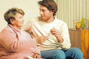 Los profesionales reconocen un grado de carga mayor en las personas que cuidan de un adulto mayor con un diagnostico relacionado con la demencia. - Banco de Imágenes/GENTE dE CABECERA