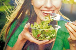 Los profesionales de la salud recomiendan a las personas comer sanamente y realizar una dieta bajo supervisión médica. - Banco de Imágenes/GENTE DE CABECERA