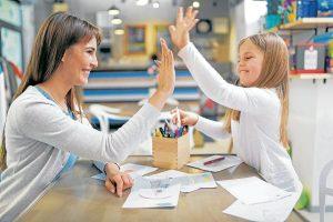 Acciones como felicitar al niño por sus buenas conductas lo motivarán a seguir haciéndo cosas que agraden a sus padres. - Banco de Imágenes/GENTE DE CABECERA