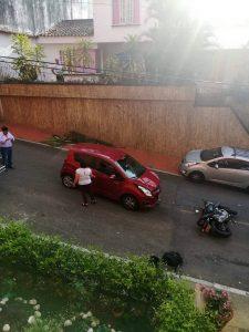 Vecinos aseguran que varios accidentes de tránsito se han registrado en ese sector, a causa del mal estacionamiento. - Suministrada/GENTE DE CABECERA